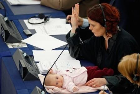 Australia permitirá a los miembros del parlamento amamantar o dar biberón a sus bebés dentro del recinto