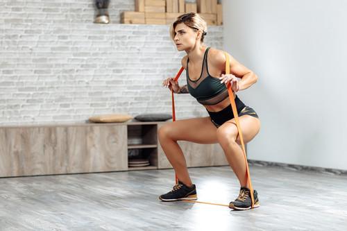 Entrenamiento de fuerza en casa: una rutina con ejercicios básicos para ponerte en forma