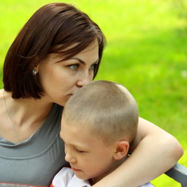 """Ser """"padres helicóptero"""" podría afectar negativamente la capacidad de los hijos para manejar sus emociones"""