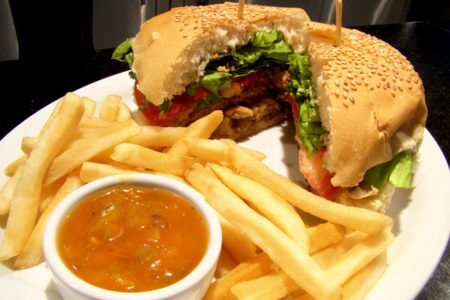 Comer una hamburguesa completa equivale a dos y medias comidas caseras