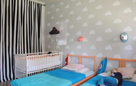 Pinta nubes en las paredes de un dormitorio infantil