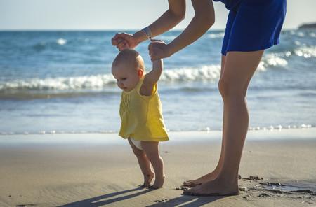 Bebés que caminan de puntillas, un hábito de los niños que empiezan a andar