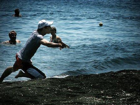 Jugar a las palas en la playa es muy divertido
