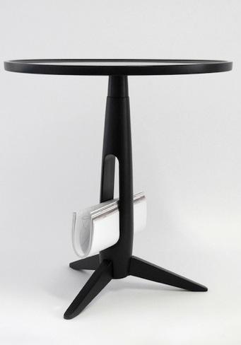 Una buena idea: un pequeño revistero en el pie de una mesa