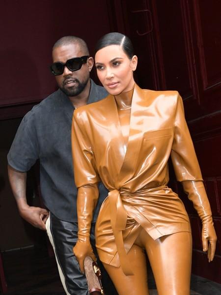 Kourtney y Kim Kardashian presumen de figura enfundadas en látex a su llegada a París