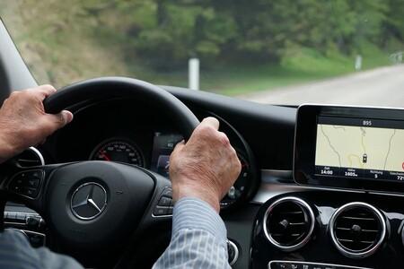"""La DGT habla sobre los """"viejennials"""" al volante: probabilidad del 170% de saltarse un Stop, pero menos excesos de velocidad"""