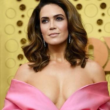 Mandy Moore apuesta por un look color block en los Premios Emmy 2019