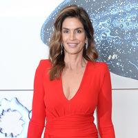 Cindy Crawford presume de cuerpazo y estilo con este bonito vestido rojo