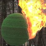 Existe alguien (con mucho tiempo libre) que creó una increíble esfera de 42.000 cerillas para prenderle fuego