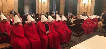 """Un grupo de mujeres se viste como en """"El cuento de la criada"""" en protesta por una ley anti-aborto"""