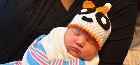 Las enfermeras de un hospital tejen gorros de Halloween para los bebés recién nacidos