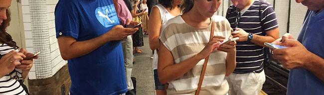 Grupo de gente mirando al móvil