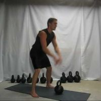 Swing con kettlebell para trabajar piernas, hombros y abdomen
