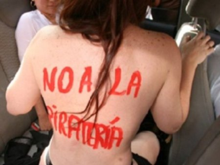 Escritora brasileña protesta desnuda contra la piratería