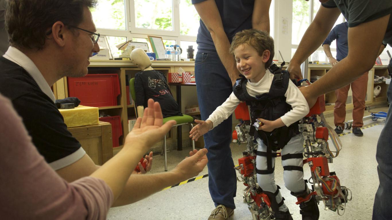 El primer exoesqueleto creado en España que ha permitido caminar a Álvaro,  un niño con atrofia muscular espinal