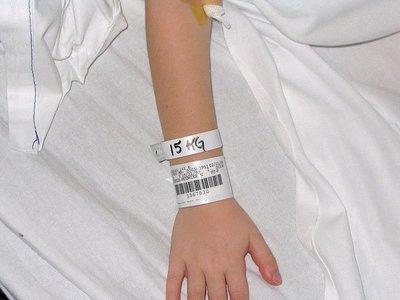 Doce niños le dieron una paliza en el recreo y tuvo que ser hospitalizada, con ocho años de edad