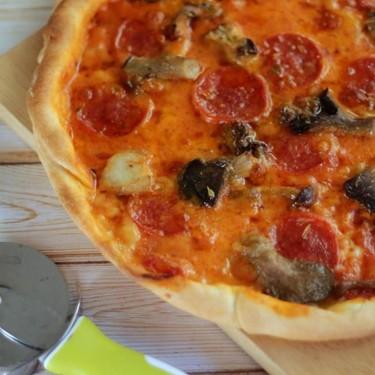 Receta de pizza de pepperoni e funghi, ideal para una cena en pareja