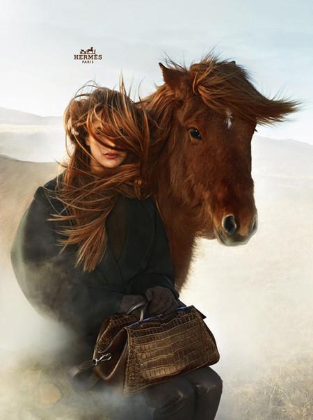 En su última campaña, la top Othilia Simon se metamorfosea con el paisaje y los caballos para Hermès