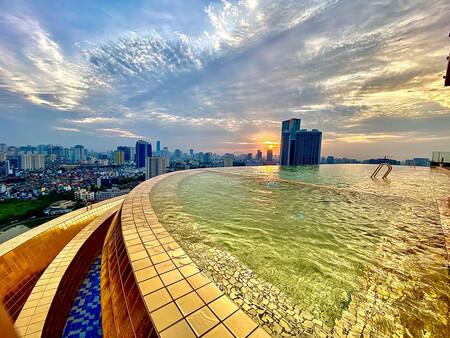 La piscina infinita más lujosa del mundo es de oro y está en un hotel de Hanói