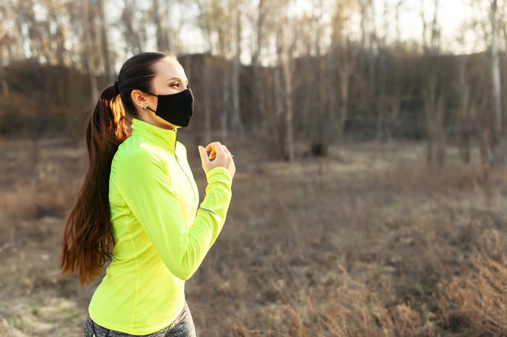 Mascarillas para hacer deporte: cuándo debemos usarlas para entrenar, qué modelos y con que precauciones según los expertos