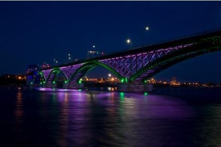 El Peace Bridge, ahora, totalmente iluminado con LEDs de colores