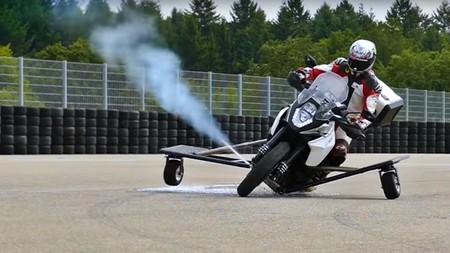 """No es ciencia ficción: así prueba Bosch sus nuevos """"propulsores laterales"""" para evitar accidentes de moto"""