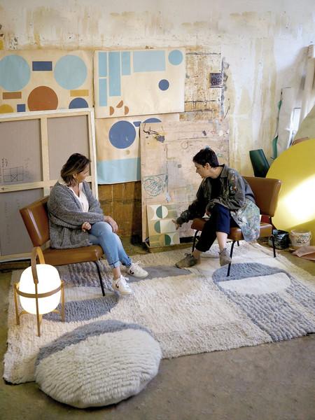 El arte a nuestros pies con Sun Rays una colección limitada de Lorena Canals en colaboración con  la artista Regina Giménez