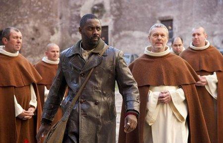 Idris Elba y los monjes