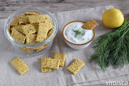 Galletas saladas crujientes de semillas y hierbas con dip de yogur: receta saludable para picotear