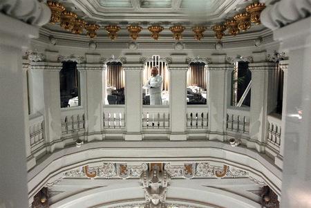 Adolfo entre pilares palacio Cibeles