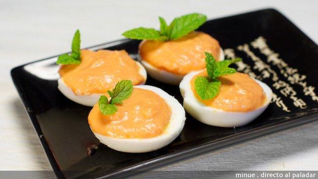 Huevos rellenos de paté de bacalao y pimientos - presentación