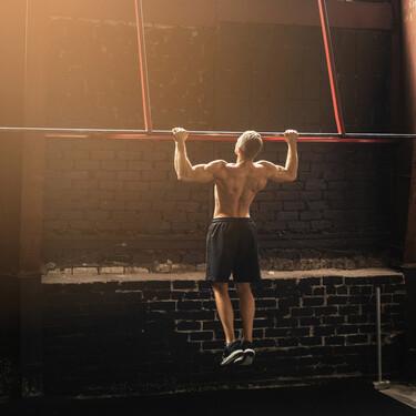 Si buscas desarrollar tu espalda, dejamos las claves para realizar tus primeras dominadas correctamente