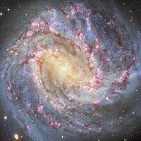 Este vídeo muestra la galaxia Messier 83, que está a 15 millones de años luz, en todo su esplendor