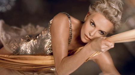 Charlize Theron avanza y trepa hacia el futuro dorado pronosticado por J'adore Dior