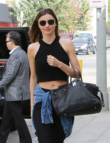 Miranda Kerr presume de crop top en un total look negro infalible