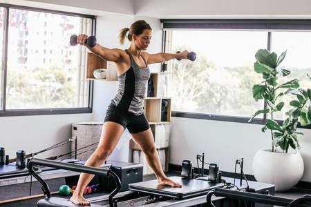 La forma más fácil de entrenar en casa con una tabla de entrenamiento completa con pesas para todo el cuerpo