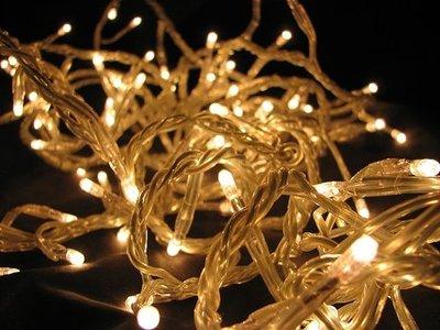 ¿Por qué las tiras de luces navideñas acaban en nudos gigantes?