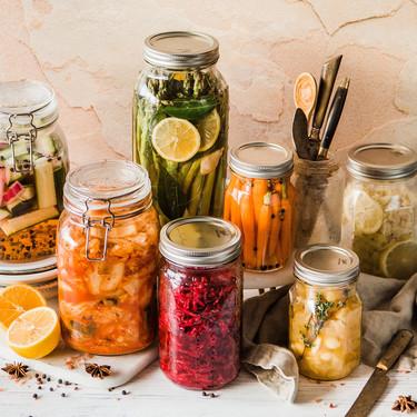 La forma más rápida y fácil de hacer encurtidos vegetales (y la manera más deliciosa de aprovechar restos de verduras)