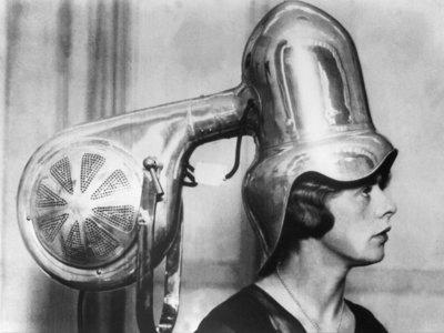 No, no son cascos de tortura, son secadores de pelo y así ha sido su evolución
