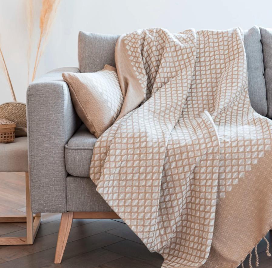 Manta Amira de algodón beige con motivos gráficos tejidos color crudo 130x170