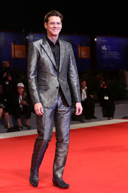 Jim Carrey Nos Deslumbra Con Un Look Metalico Con Toque Western En Venecia 3