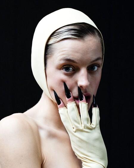 manicura uñas emmys 2021 emma corrin