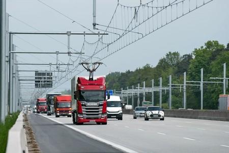 Los camiones híbridos que recargan baterías mientras circulan ya ruedan en la primera autopista eléctrica alemana