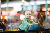 ¿Viajas con niños? El aeropuerto de Madrid-Barajas te presta sillas gratis en todas sus terminales