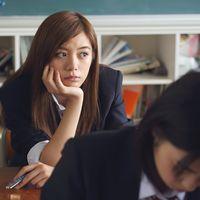 Esta joven japonesa ha sido obligada a teñirse el pelo de negro por su propio colegio