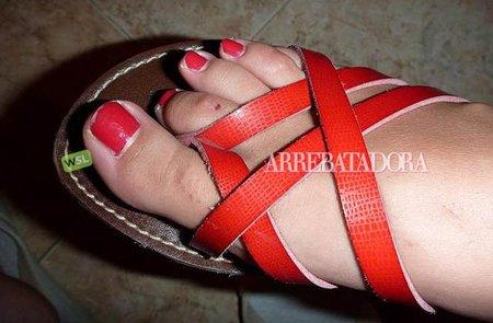 Uñas de los pies a juego con las sandalias