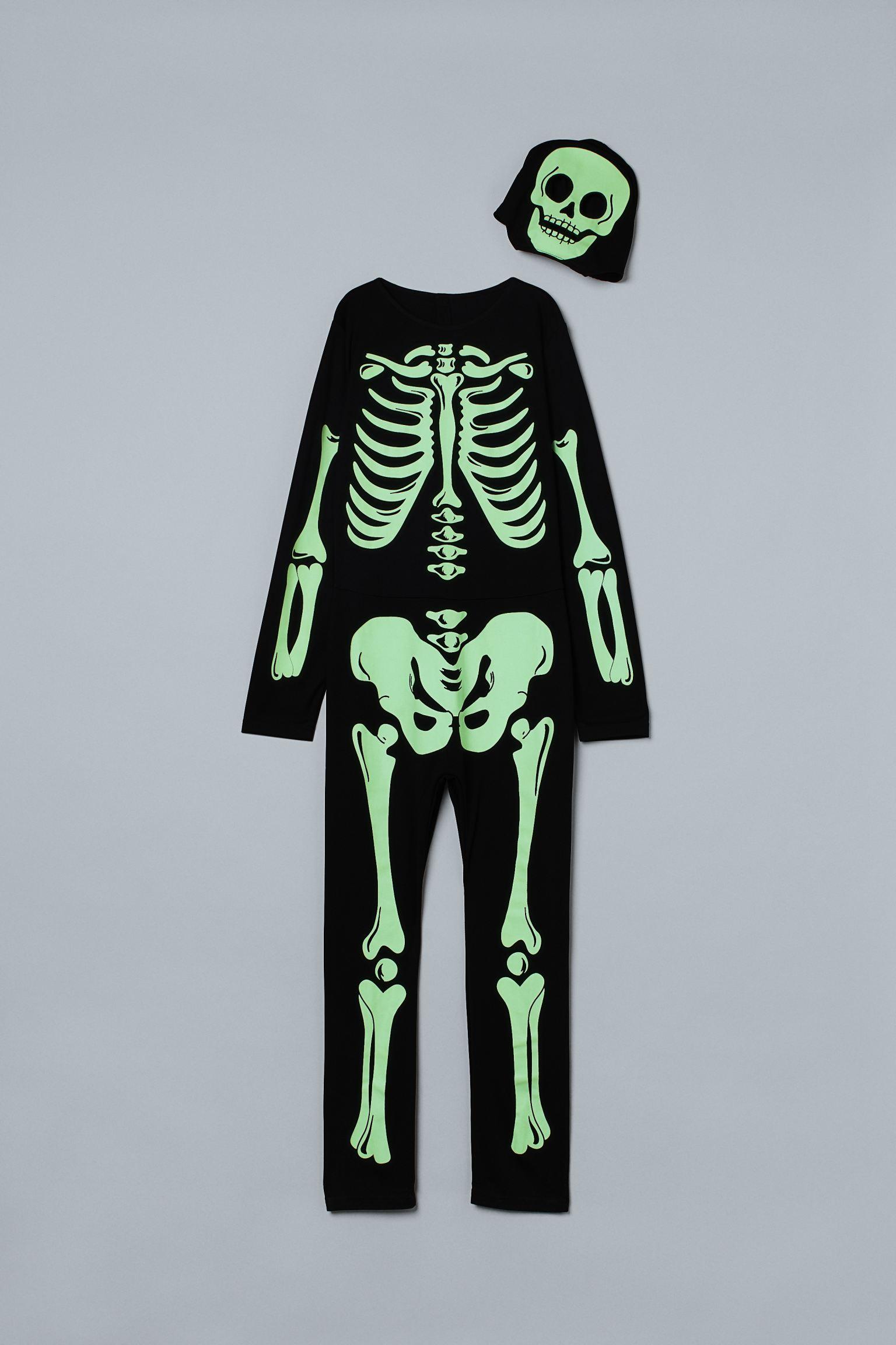 Disfraz de punto con careta a juego para transformarte en un terrorífico esqueleto que brilla en la oscuridad.