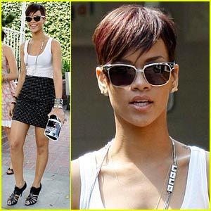 Rihanna se apunta a la moda de las minifaldas