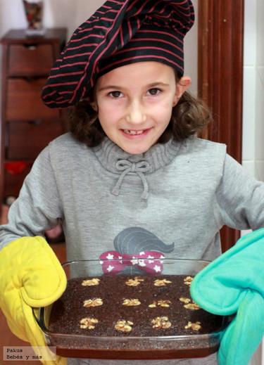 Brownies caseros de chocolate y nueces. Receta para hacer con niños