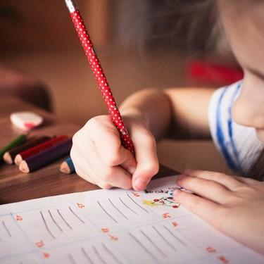 Mi hijo tiene mala letra: qué puede haber detrás y cómo mejorarla